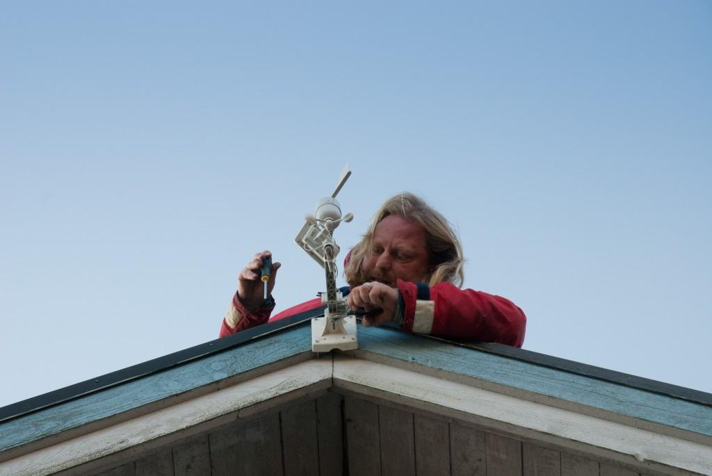 Ulrik monterar vindmätaren på garagetaket