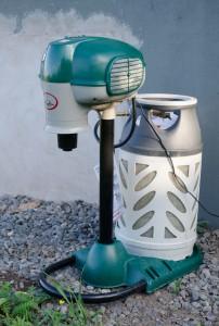 Mosquito Magnet Patriot med en tiokilos gasolflaska.