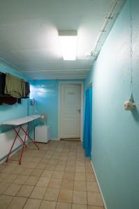 Några väggar var gula, andra var grå och alla var fula. För att ge kontrast till golvet valde vi en kulör som ligger nära cyan (turkos) men ändå väldigt ljus.