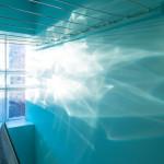 Soljuset skapar fräcka ljuseeffekter genom det lilla fönstret.