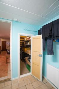 Dörren till skafferiet är både låg och smal. Trolgen har detn tidigare varit dörr till en klädkammerare.