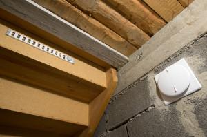 Till vänster syns ventilen som går ut genom trappan. till höger är friskluftsintaget. Båda är nyinstallerade.