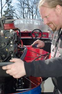 En stolt och glad hobbymekaniker provkör motorn. Nu fungerar kylningen.