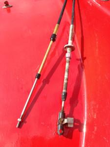 Lika som bär. Den vänstra är en C2-vajer och den högra är en Penta original med ändbeslag för passa i motorns gasreglage.